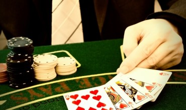 Pros and cons of playing poker online
